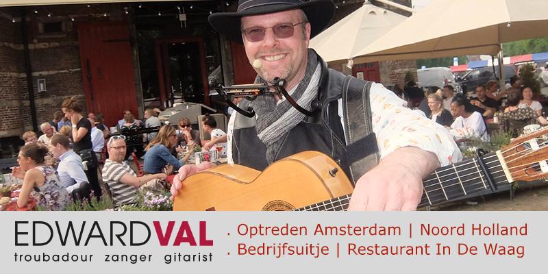 Zanger-gitarist-Amsterdam-Bedrijfsuitje-Mobiel-optreden-Troubadour-Edward-Val-inhuren-Live-muziek-Nieuwmarkt-Restaurant-Cafe-In-de-Waag