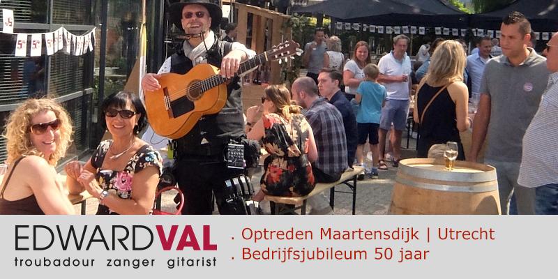 Zanger-gitarist-feest-Maarsbergen-Troubadour-Edward-Val-Mobiele-live-muziek-inhuren-Rondlopende-muzikant-Utrecht-boeken