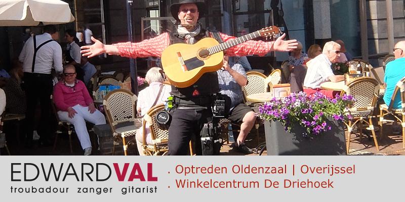 Zanger-gitarist-troubadour-Edward-Val-Optreden-winkelcentrum-De-Driehoek-Oldenzaal-Overijssel-Kinderanimatie-Mobiele-live-muziek-Rondlopende-muzikant-boeken