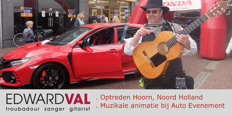 Zanger-gitarist-Edward-Val-Nijkerk-Feest-Troubadour-inhuren-Muzikaal-straattheater-Improvisatie-liedjes-Gasten-toezingen-Mobiele-live-muziek-muzikant