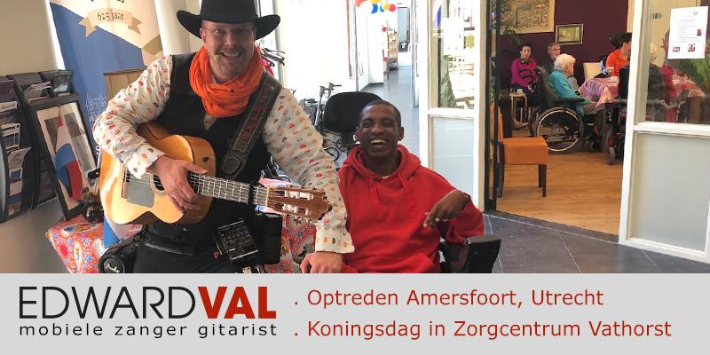 Zanger-gitarist-troubadour-Edward-Val-Optreden-St-Pieters-en-Blokland-Gasthuis-Amersfoort-Vathorst-Liedjes-senioren-dementie-alzheimer-Gezellig-samen-muziek