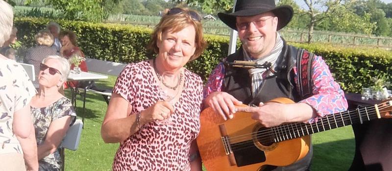 persoonlijke liedtekst huldiging jubilaris zonnetje maatwerk op maat edward val troubadour cabaret bedrijfsuitje pensioen afscheid